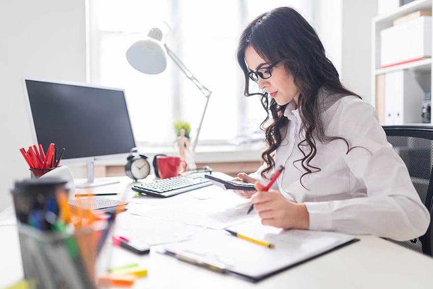 Donna che lavora con la Partita IVA