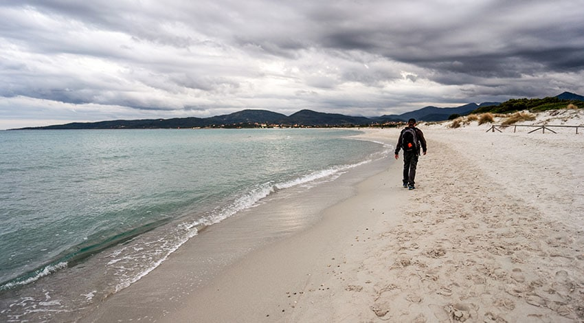uomo in spiaggia cerca se stesso