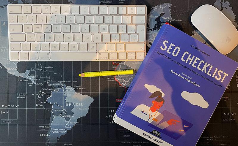 Libro SEO Checklist Verdiana Amorosi su scrivania computer